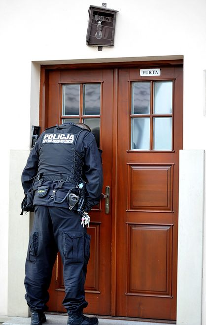 Policjanci kontrolują osoby na kwarantannie.