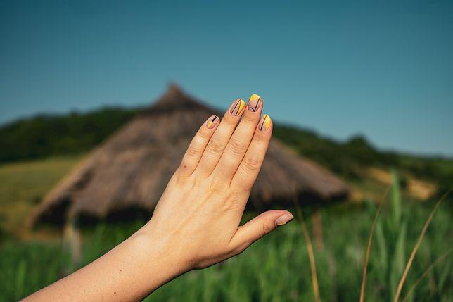 Mismatched Nails wyróżniają się wielobarwnymi wzorami.