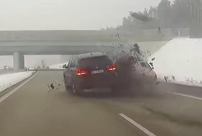 Rozbił auto spokojnie jadącej rodziny, a Policja podsumowała to 500-złotowym mandatem.