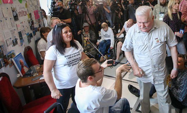 Lech Wałęsa spotkał się w poniedziałek z protestującymi w Sejmie