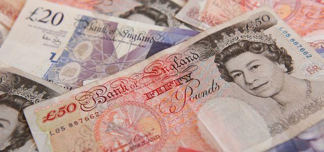 GBP słabnie tuż przed danymi