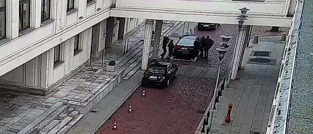 Monitoring senacki. Na ujęciu widać moment zderzenia się operatora TVP Info z dyrektor gabinetu marszałka Grodzkiego.