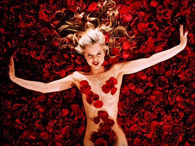 """W """"American Beauty"""" naga piękność była okryta czerwonymi płatkami"""