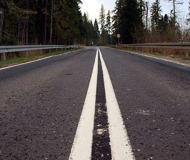 Długie odcinki z podwójną ciągłą linią to norma na górskich drogach. Tereny te są atrakcyjne dla rowerzystów, więc łatwo ich tam spotkać
