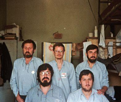 Białołęka, 1982 r. Od lewej stoją: Witold Chodakiewicz, Zbigniew Sarata, Stanisław Kujawa, siedzą z lewej Jan Dworak i Stanisław Hausner