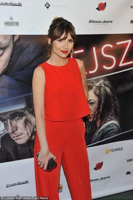 Aktorka w czerwonym kombinezonie