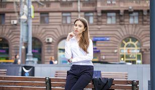 Czarne spodnie i biała bluzka to klasyka