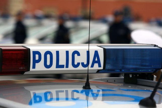 Atak na policjantów w Łodzi. Staranowali radiowóz, ruszyli z kijami bejsbolowymi