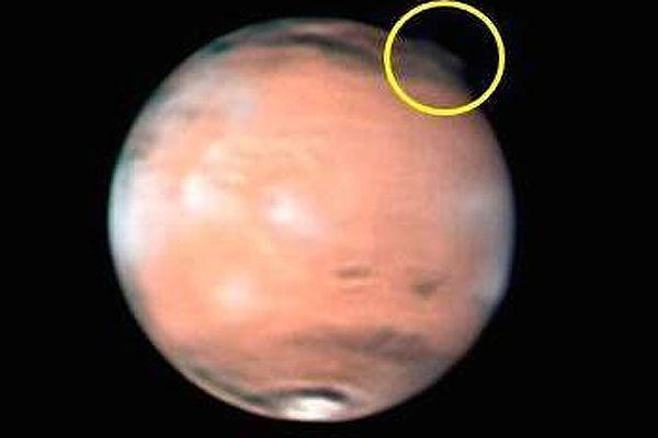 Zjawisko w atmosferze Marsa wyglądające kłębowisko materii, albo smuga gazu i pyłu. Zdjęcia wykonano 21 marca 2012 r.