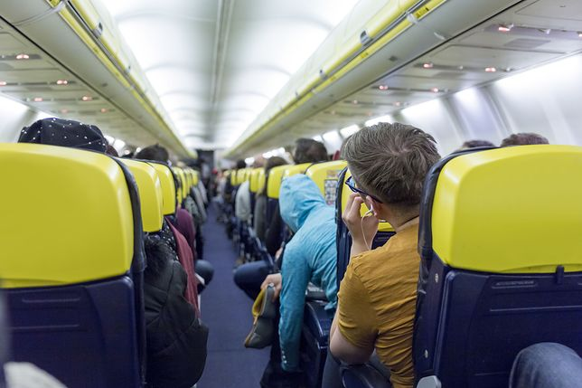 Podróż samolotem w czasie pandemii wymaga założenia maseczki. Nie wszystkim to się podoba