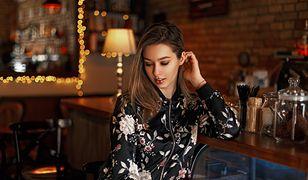 Kobiecy, subtelny i elegancki wzór. Jak nosić kwiaty zimą?