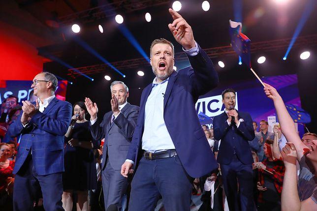 Adrian Zandberg, Robert Biedroń i Włodzimierz Czarzasty - liderzy Lewicy, podczas wieczoru wyborczego.