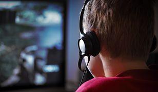 Jarosław Gowin wskazuje, że gry wideo przynoszą korzyści edukacyjne i społeczne