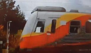 Na zdjęciu wyraźni widać, jak pociąg przejeżdża, choć szlaban jest otwarty