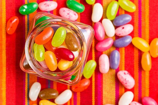E 171 stosuje się m.in do produkcji słodyczy, gum do żucia, lukrów, galaretek.