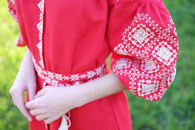 Sukienka z haftem może kojarzyć się z romantycznymi spacerami, ale to nie jedyna okazja, na którą ją włożymy