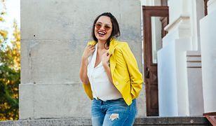Niebieskie jeansy to obowiązkowy element wiosennych stylizacji