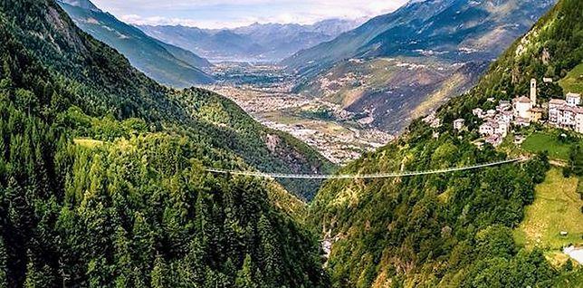 Wiszący most łączy Campo Tartano i Frasnino we Włoszech