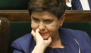 Beata Szydło gra na siebie i gra o twardy elektorat, który czuje się oszukany zmianą kursu - pisze Kataryna.