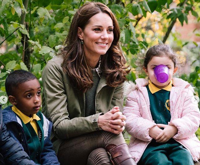 Spodnie, które wybrała Kate, to model ze średnim stanem.