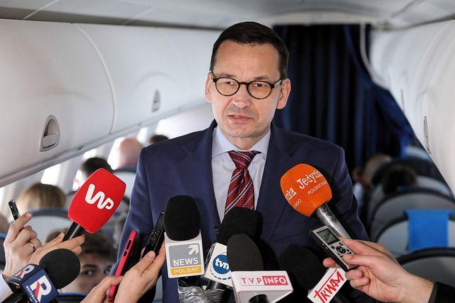 Mateusz Morawiecki na pokładzie rządowego samolotu.