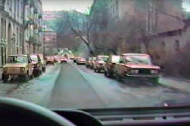 """Na ulicy """"żuki"""", """"syreny"""" i """"maluchy"""". Niezwykły film: Wielkanoc w Warszawie w 1989 roku."""