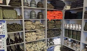 Ciepłe kalesony, hełmy i menażki na sprzedaż. Agencja Mienia Wojskowego otwiera sklep za sklepem