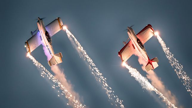Pilot akrobacyjny musi wykazać się dużą determinacją, samozaparciem oraz samodyscypliną, żeby balansować pomiędzy granicznymi punktami wytrzymałości własnej i maszyny.
