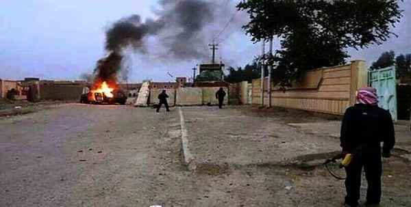 Kadra z nagrania ukazującego płonący pojazd prawdopodobnie należący do irackich sił bezpieczeństwa, Mosul