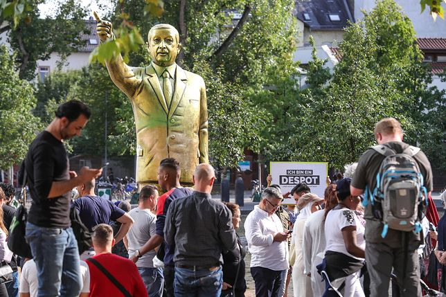 Gipsowa statua Recepa Erdogana jest dziełem szwajcarskiego artysty