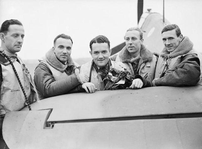 Od lewej: oficerowie Mirosław Ferić, Bogdan Grzeszczak, Jan Zumbach i Zdzisław Henneberg, porucznik John Kent.