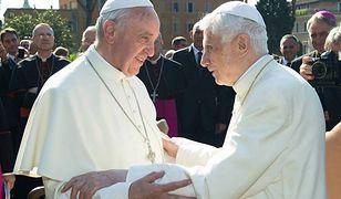 Papież Franciszek odwiedza swojego poprzednika przed każdymi świętami