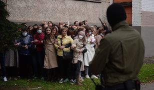 Białoruś. Milicjanci zatrzymują protestujące kobiety w Mińsku (fot. PAP/EPA)