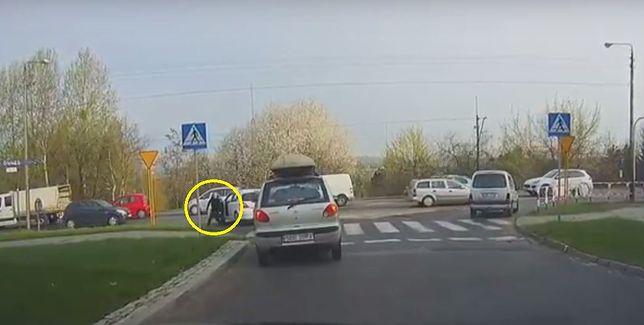 Kierowca miał dość czekania na skrzyżowaniu. Zobaczcie, co sobie wymyślił