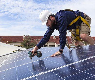 Przy kącie nachylenia 30-50 stopni panele fotowoltaiczne pracują najefektywniej.
