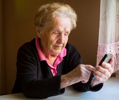 Umiejący świetnie przemawiać akwizytorzy z łatwością namawiają starszych ludzi do zakupu niepotrzebnych im towarów. To właśnie emeryci są najbardziej zagrożeni ich sztuczkami