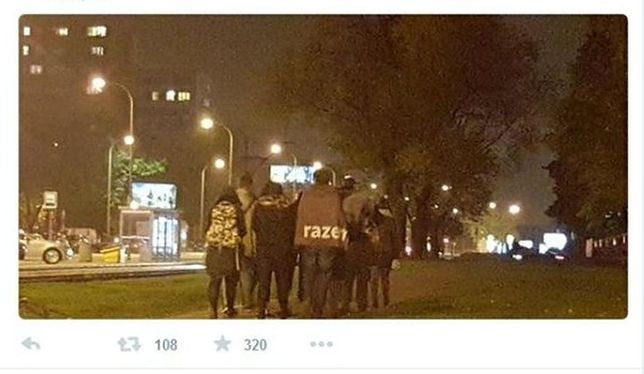 Adrian Zandberg i działacze Razem wracają do domu z debaty w TVP. Metrem