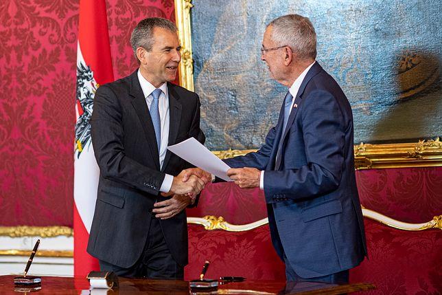 Austria. Alexander van der Bellen (z prawej) wręcza nominację kanclerską Hartwigowi Loegerowi (z lewej)