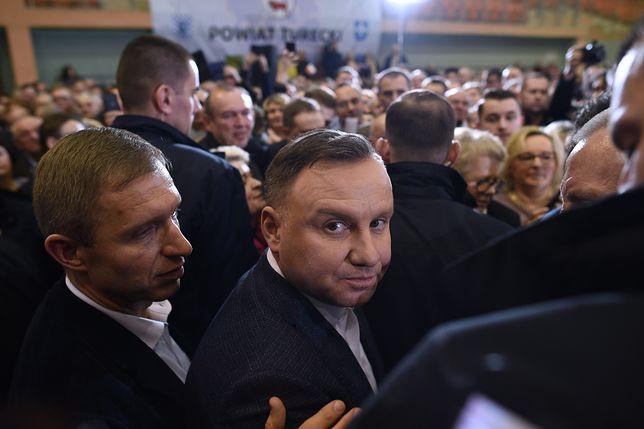 Prezydent Andrzej Duda na spotkaniu wyborczym z mieszkańcami w hali widowiskowej.