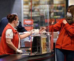 Włochy. Koronawirus na koszykach w supermarkecie, terminalach i wagach