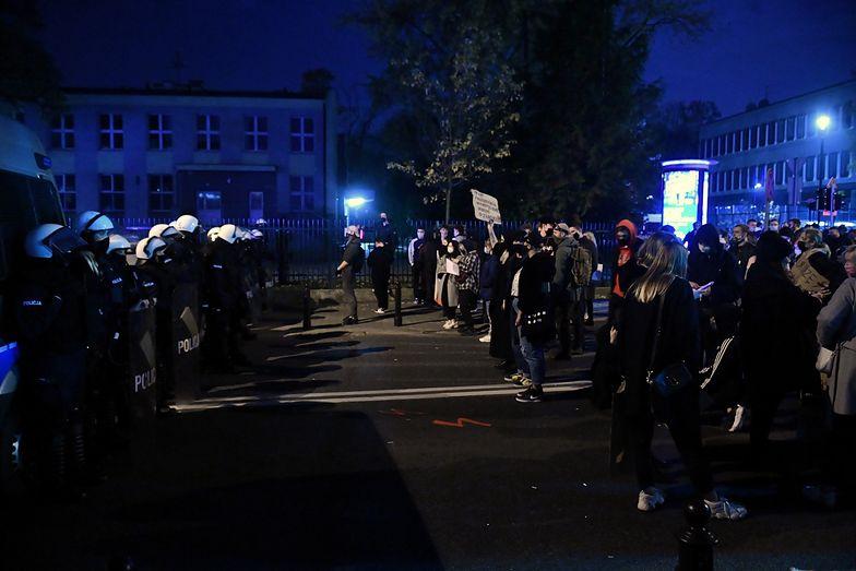 """Ksiądz wyszedł do protestujących. Funkcjonariusze: """"odłóż broń!"""""""
