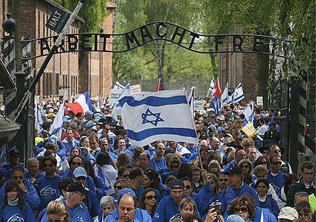 Marsz Żywych wychodzi z KL Auschwitz II - Birkenau