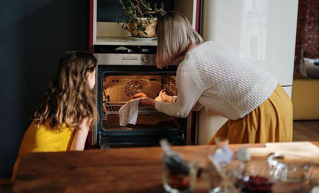 Czyszczenie piekarnika domowym sposobem nie wymaga szorowania.