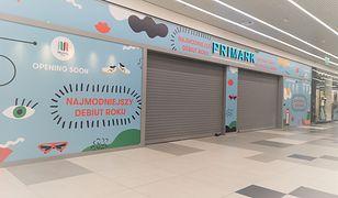 W ostatnich dniach na witrynie przyszłego sklepu Primark w Galerii Młociny pojawiły się zapowiedzi rychłego otwarcia.