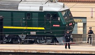 Policjanci pilnują tajemniczego pociągu na stacji w Pekinie