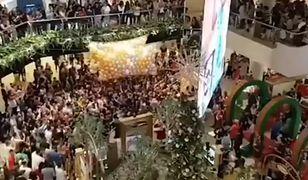 Klienci galerii handlowej w Sydney tratowali się w walce o balony z kartami podarunkowymi