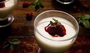 Panna cotta z jogurtem i malinami. Delikatny deser we włoskim stylu