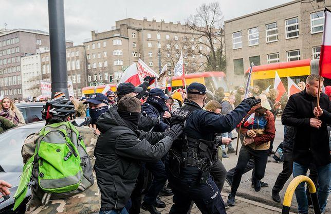 Warszawa. Protest przeciwników obostrzeń. Dwoje policjantów w szpitalu