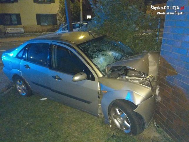 Śląskie. Pijany kierowca samochodem staranował ogrodzenie