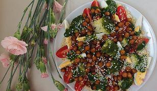 Sałatka z kuskusem, ciecierzycą i warzywami